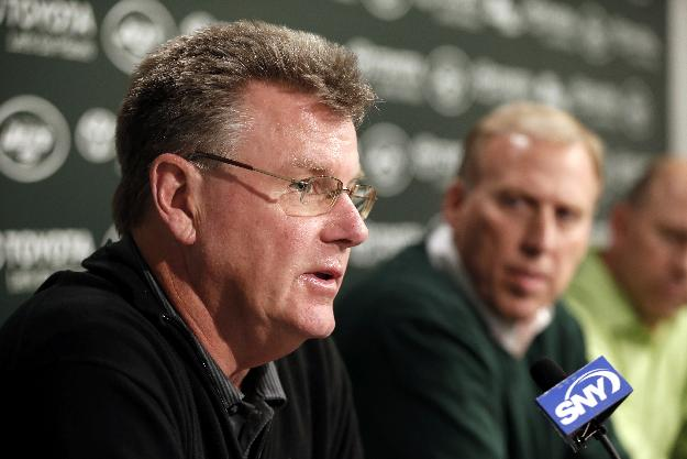 New York Jets senior personnel executive Terry Bradway, left, talks as general manager John Idzik looks on during a news conference ahead of the NFL football draft, Wednesday, April 30, 2014, in Florham Park, N.J. The NFL will hold its draft from May 8-10, at New York's Radio City Music Hall. (AP Photo)