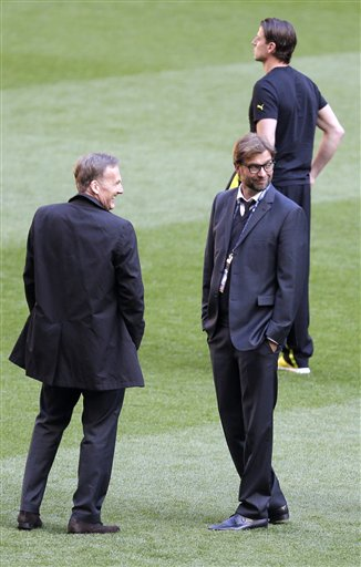 Borussia Dortmund president Hans-Joachim Watzke, left, Dortmund head coach Juergen Klopp, right, and Dortmund goalkeeper Roman Weidenfeller, background, inspect the pitch prior to the soccer Champions League Final between  Borussia Dortmund and Bayern Munich at Wembley Stadium in London, Saturday May 25, 2013
