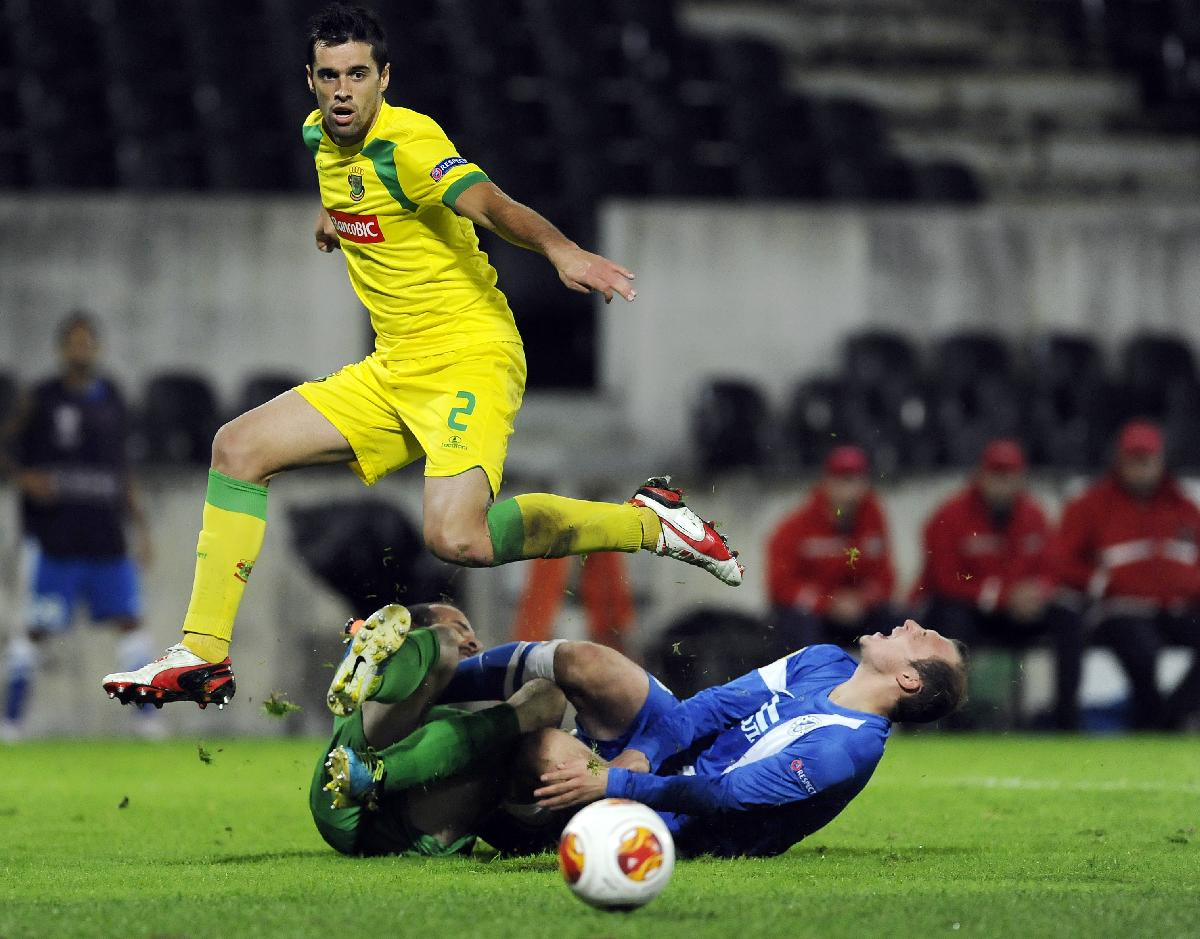 Dnipro's Roman Zozulya, right, clashes with Pacos Ferreira's goalkeeper Antonio Filipe, as Tiago Valente jumps over them during their Europa League Group E soccer match at the D. Afonso Henriques Stadium, in Guimaraes, Portugal, Thursday Oct. 24, 2013