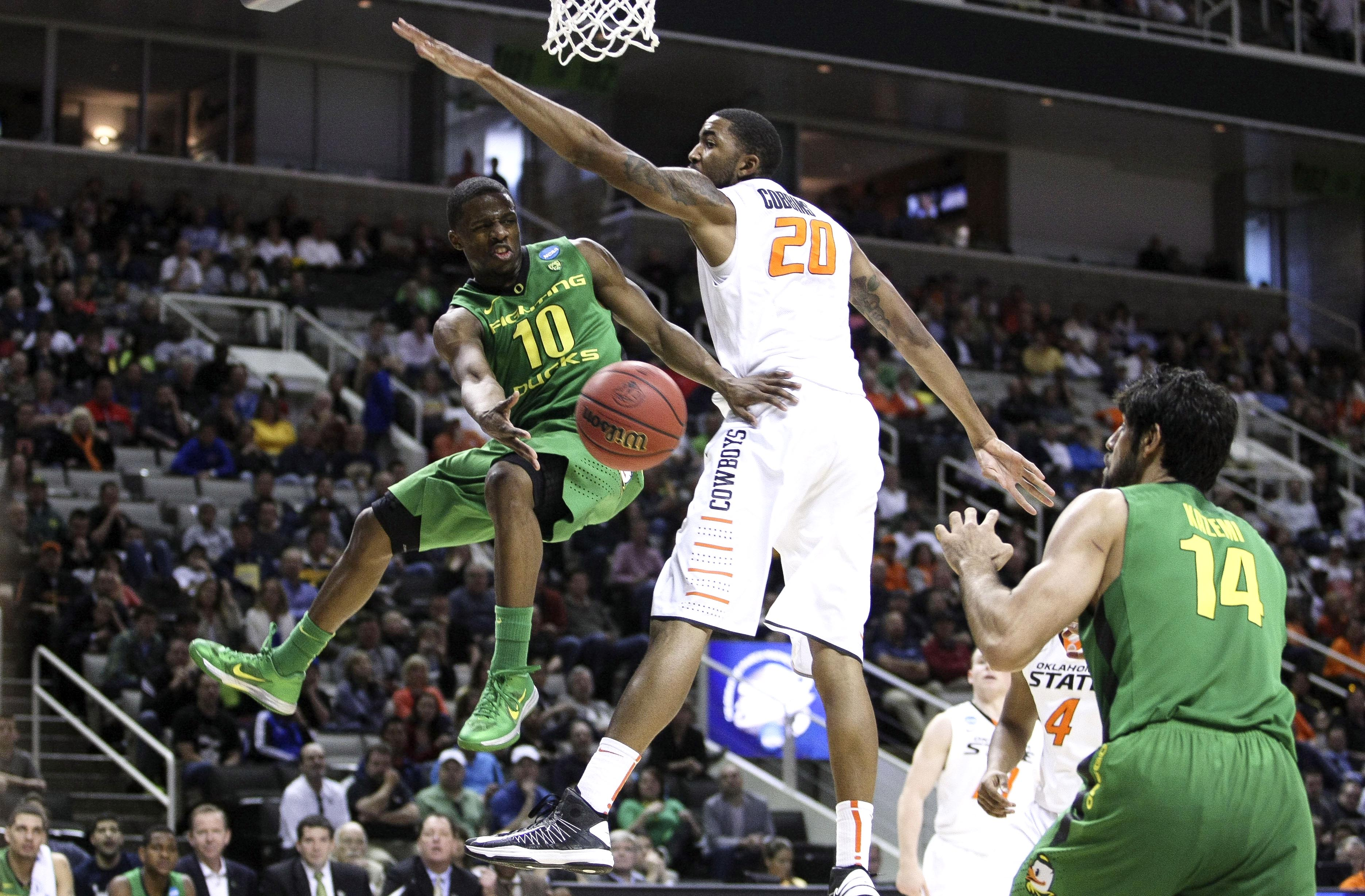 Oregon's Johnathan Loyd passes the ball to Arsalan Kazemi vs.Oklahoma State's Michael Cobbins. (USA TODAY Sports)