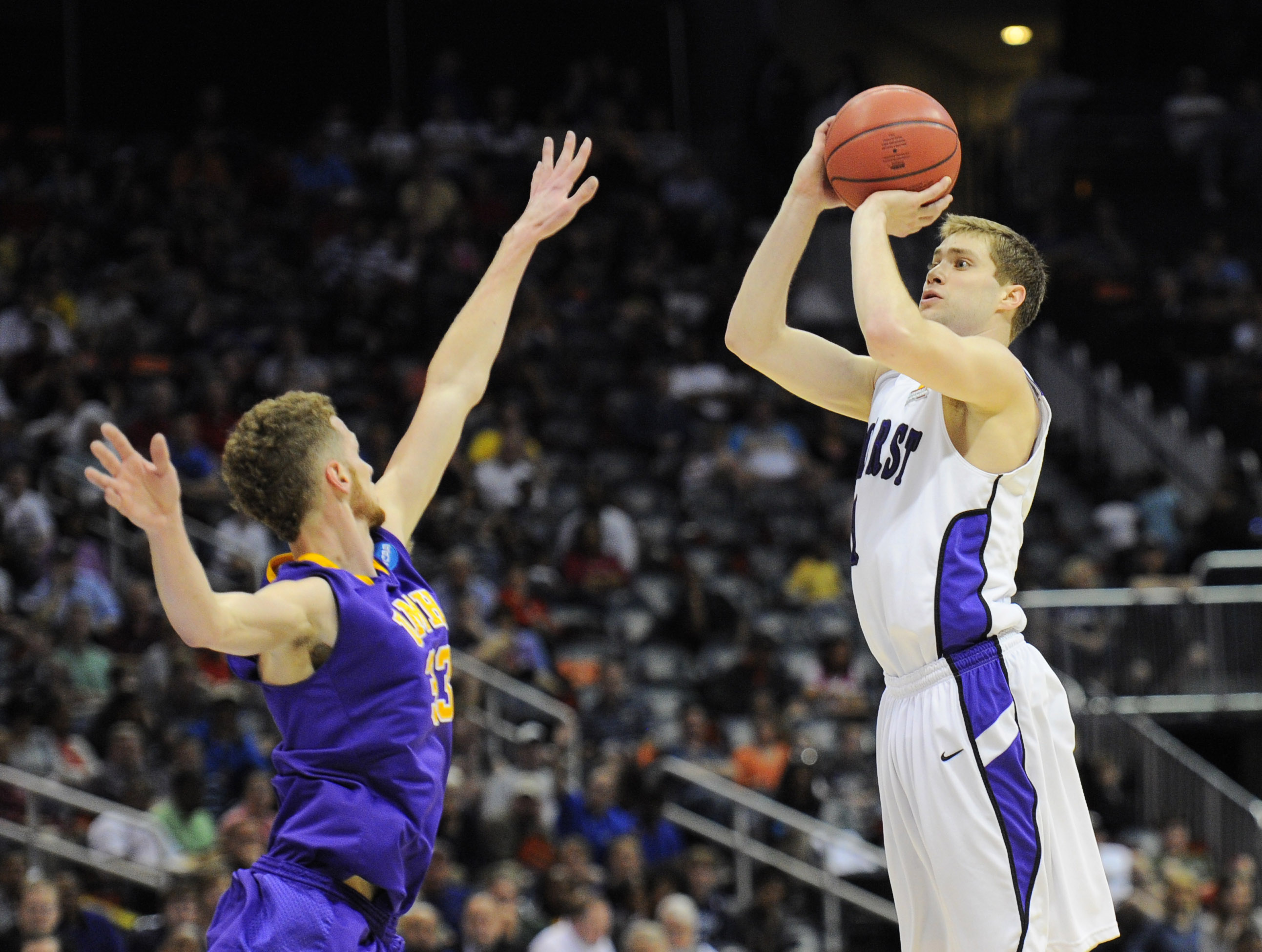 Aaron Toomey shoots over Mary Hardin-Baylor's Cory Meals in Sunday's DIII title game. (USA TODAY Sports)