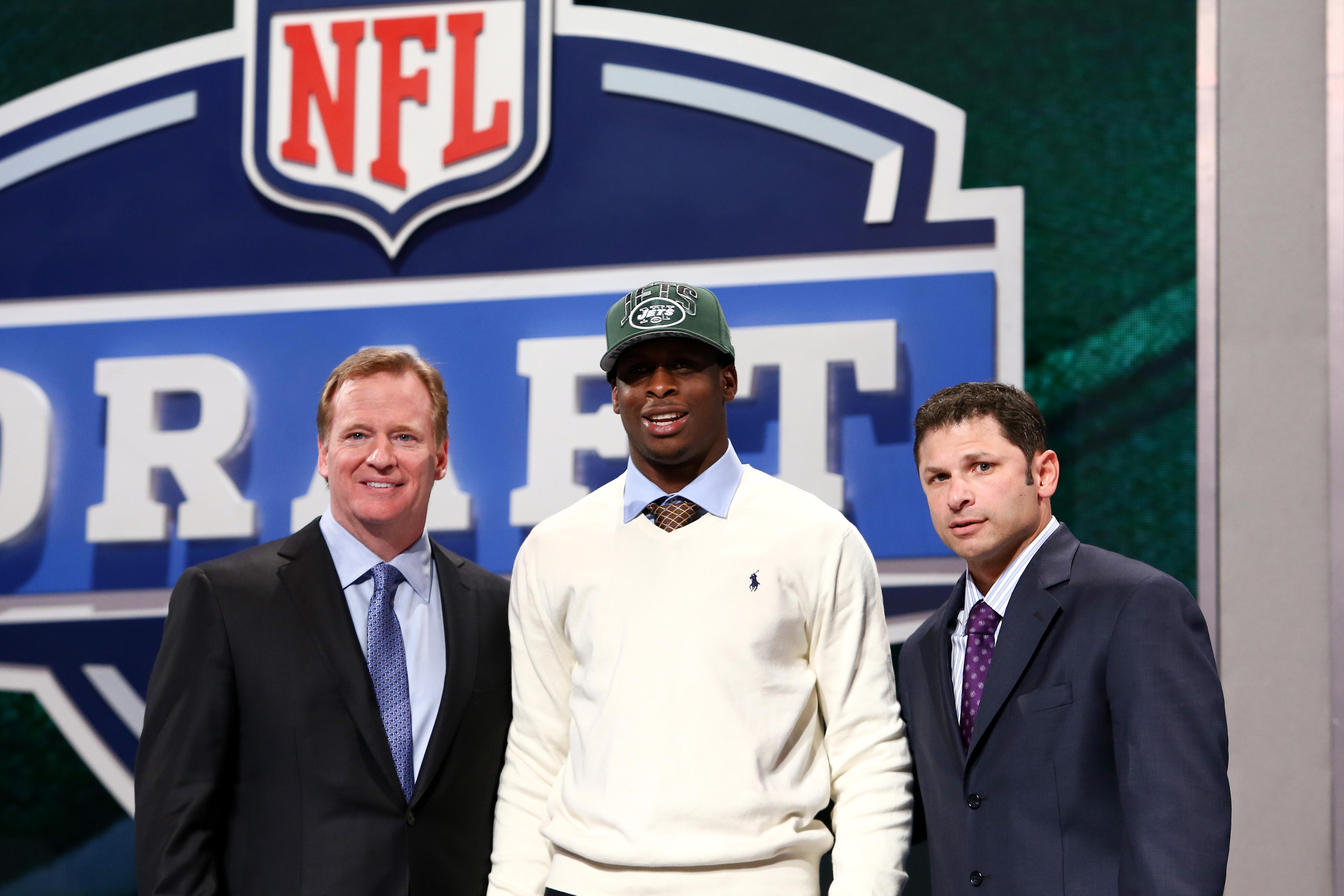 Roger Goodell (left) and former NFL player Wayne Chrebet (right) introduce Geno Smith. (USA TODAY Sports)