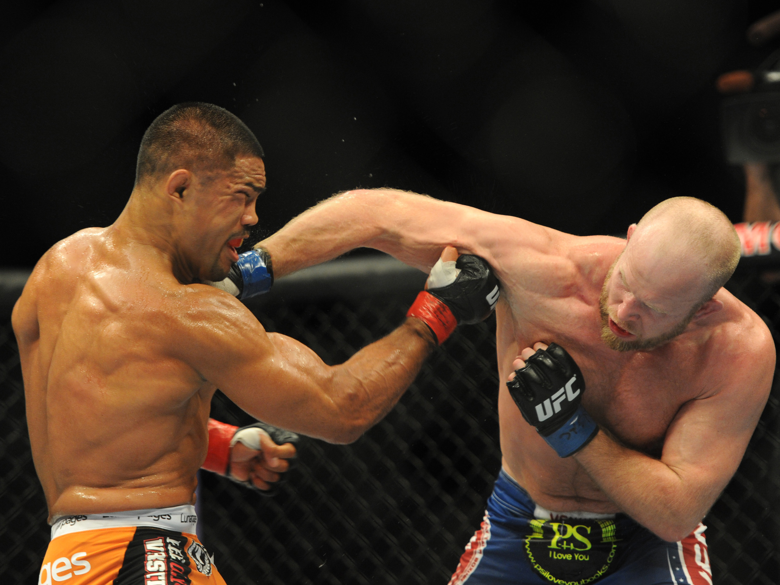 Mark Munoz and Tim Boetsch trade blows during their fight. (USA Today)