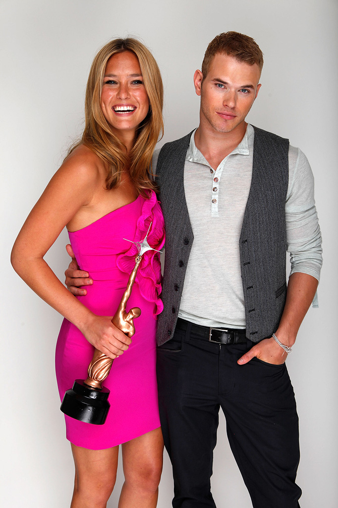 Hollywood Life Young Hollywood Awards 2009 Bar Refaeli Kellan Lutz