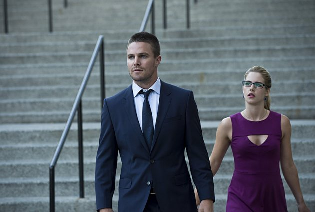 Stephen Amell On His Facebook Community; Talks Oliver's 'Arrow' Season 3 Struggles