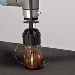 Robotic hand uses the power of static electricity to pick up objects