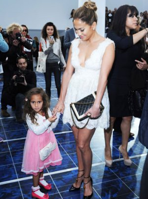 Jennifer Lopez Daughter on Jennifer Lopez Brings Daughter Emme To Paris Fashion Week Show   Yahoo