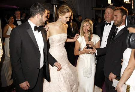 "Jennifer Lawrence (2nd from L) talks at the Governors Ball with her brother Ben (L), her mother Karen (C, with Oscar), father Gary (2nd from R) and brother Blaine (R) after she won the Oscar for best actress for her role in ""Silver Linings Playbook"" at the 85th Academy Awards in Hollywood, California, February 24, 2013. REUTERS/Lucas Jackson"
