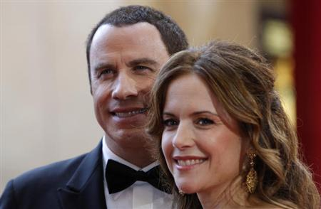 Actress Kelly Preston and her husband John Travolta (L) arrive at the 80th annual Academy Awards, the Oscars, in Hollywood February 24, 2008. REUTERS/Carlos Barria