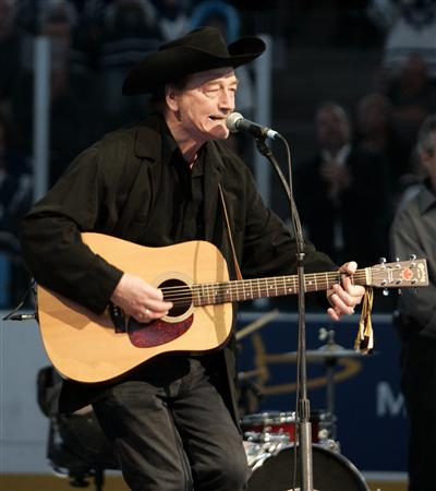 Canadian singing legend Stompin&#39; Tom Connors sings &quot;The Hockey Song&quot; before the start of the NHL game between the Toronto Maple Leafs and the Ottawa Senators in Toronto in this October 5, 2005 file photo. Connors died March 6, 2013, aged 77. REUTERS/Mike Cassese/Files