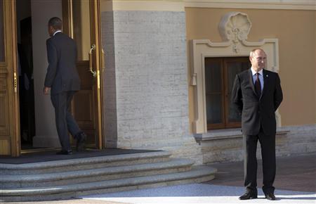 U.S. President Barack Obama (L) walks into Konstantin Palace after shaking hands with Russia's President Vladimir Putin during arrivals for the G-20 summit in St. Petersburg September 5, 2013. REUTERS/Pablo Martinez Monsivais/Pool