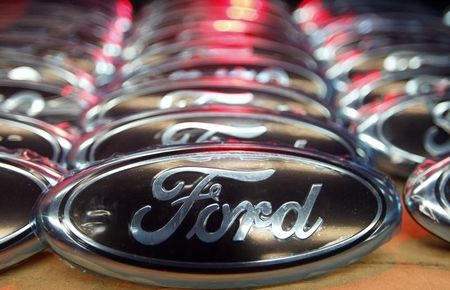 Ford keeps pushing for lighter cars despite oil price fall