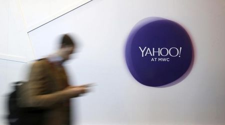 U.S. senator seeks SEC probe of Yahoo disclosure on hacking