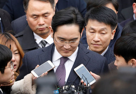 Samsung chief staves off arrest, prosecutor keeps chasing