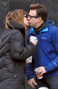 PIC: Olivia Wilde, Jason Sudeikis Kiss, Go Public With Romance