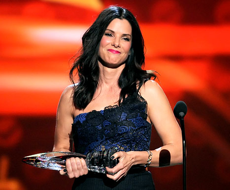 Sandra Bullock Wins Favorite Humanitarian at 2013 People&#39;s Choice Awards