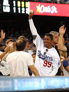Jermaine Jackson makes a heckuva catch at Dodger Stadium
