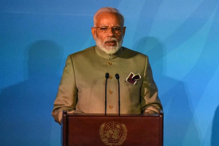 Toilet controversy: Indias Modi ignores protests to collect Gates award