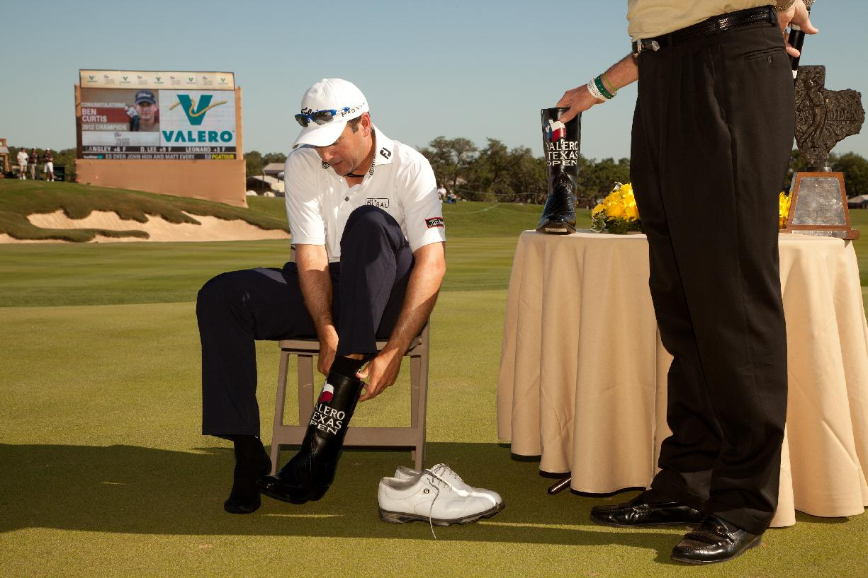 Ben Curtis dons a pair of ceremonial cowboy boots after winning the Valero Texas Open. (AFP)