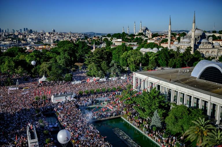 Huge crowd flocks to Istanbul mayor inauguration