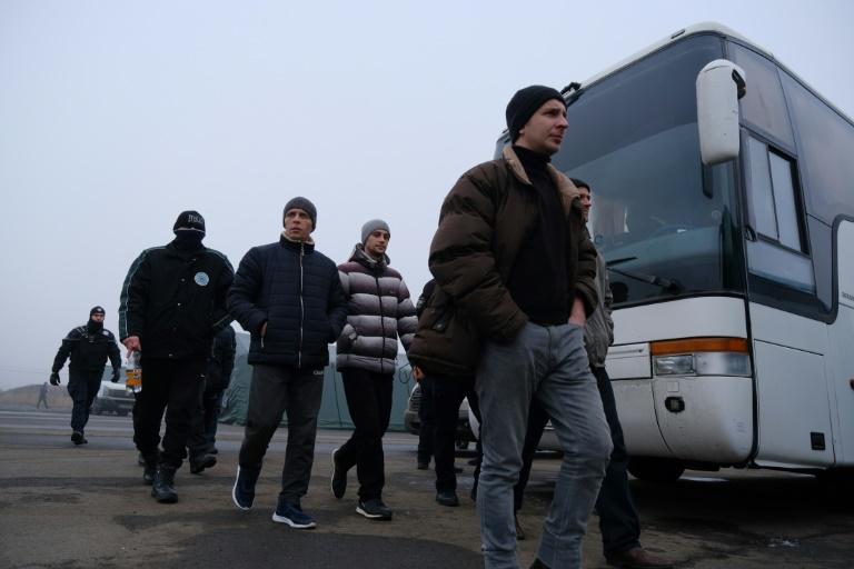 Ukraine rivals begin prisoner exchange in controversial swap