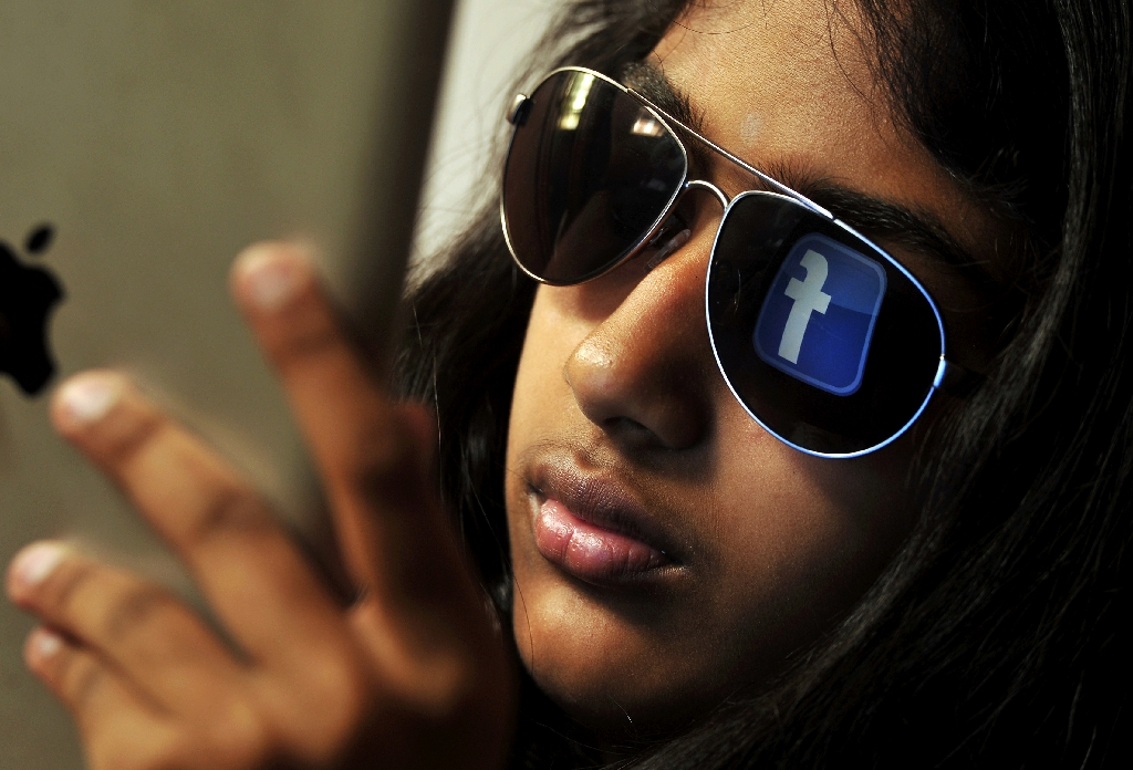 Facebook tuning mobile search at social network