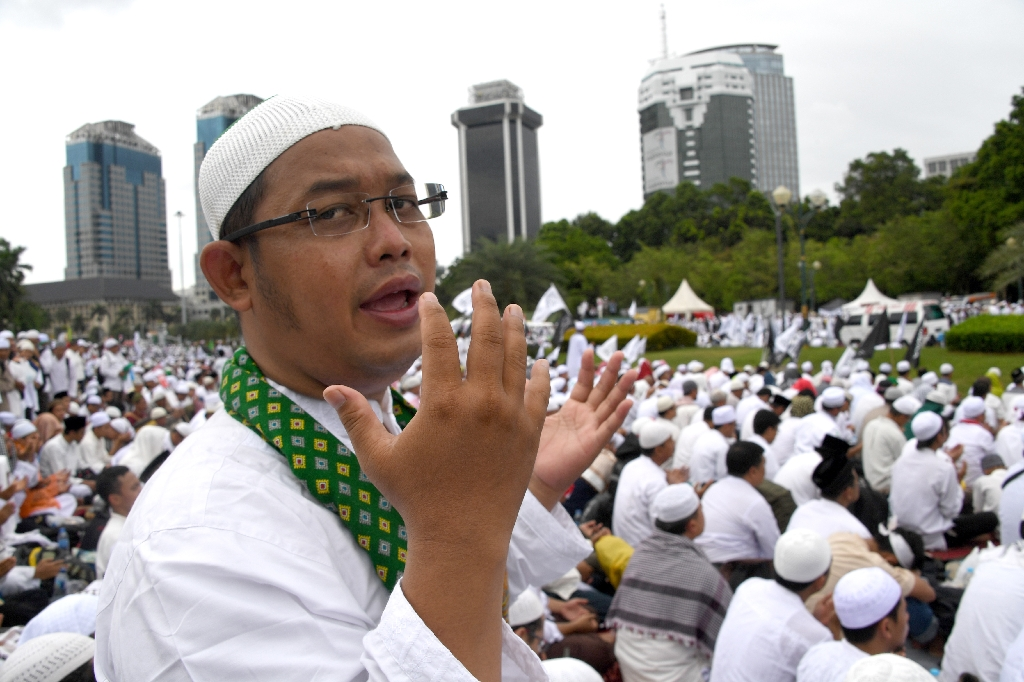 200,000 Indonesian Muslims protest against Christian governor