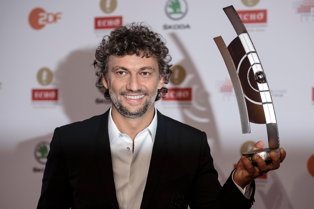 Tenor Kaufmann returns chastened after 5 month absence