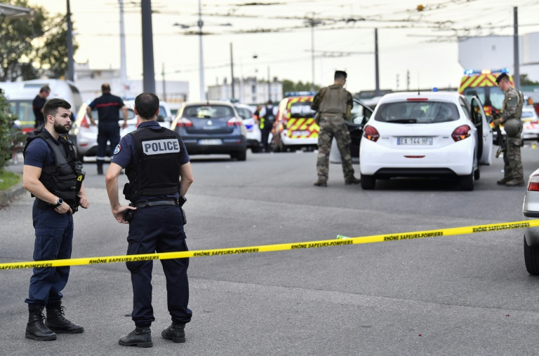 One dead, eight wounded in French knife attack