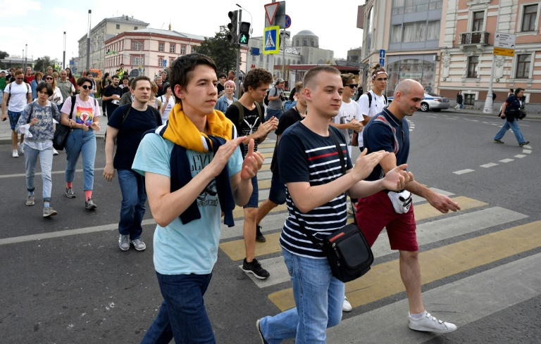 Opposition supporters defy ban, march on Moscow