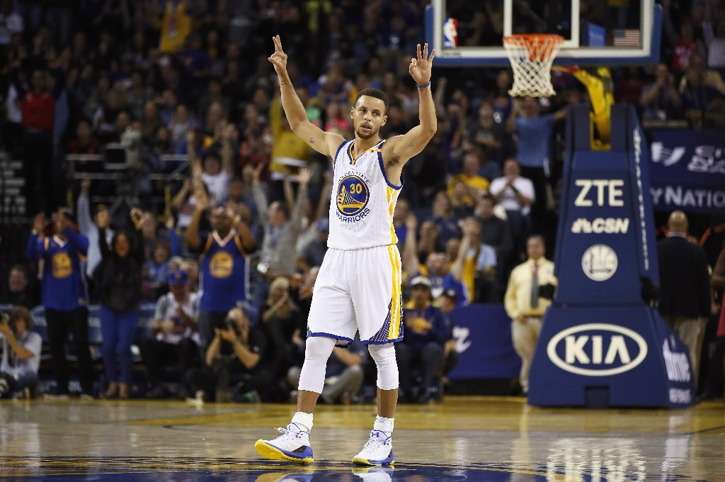 Record-breaker Curry as Warriors down Pelicans