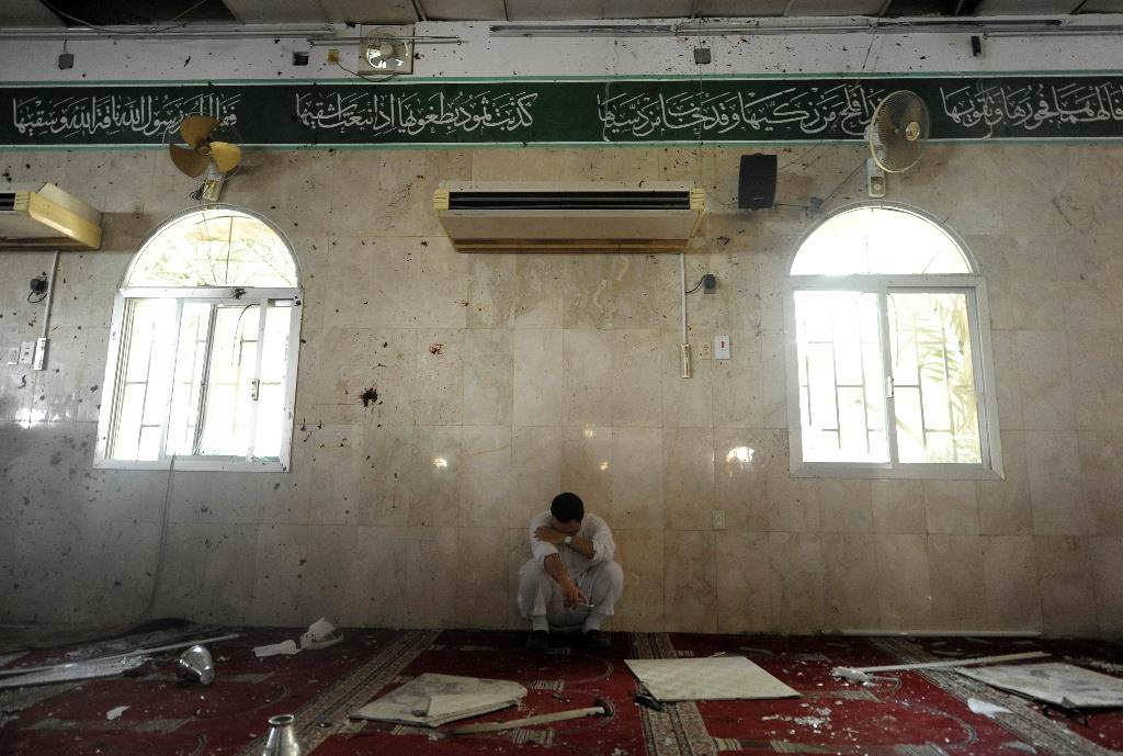IS suicide bomber attacks Saudi Shiite mosque, killing 21