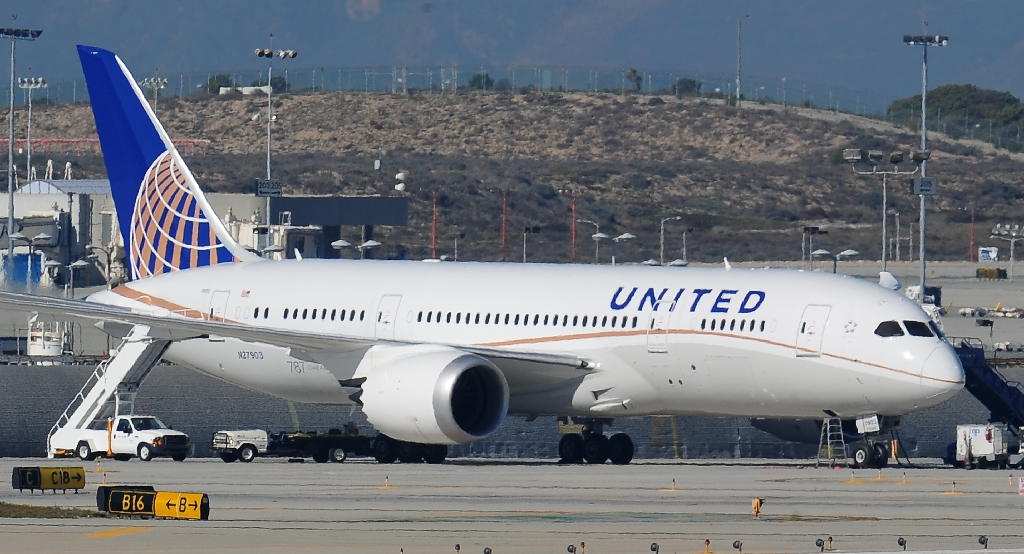 United Airlines bars girls with leggings, ignites Twitter storm