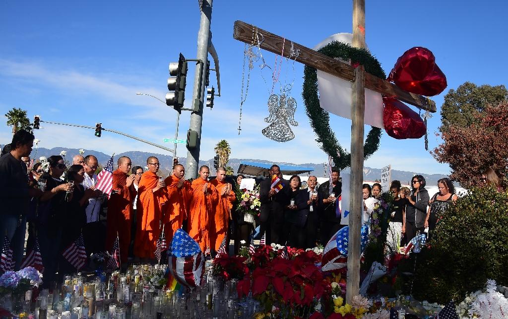 Para bhikkhu dari Masyarakat Buddhis Khmer membacakan paritta bagi para korban penembakan di San Bernardino, California, Amerika Serikat, Senin (7/12/2015).