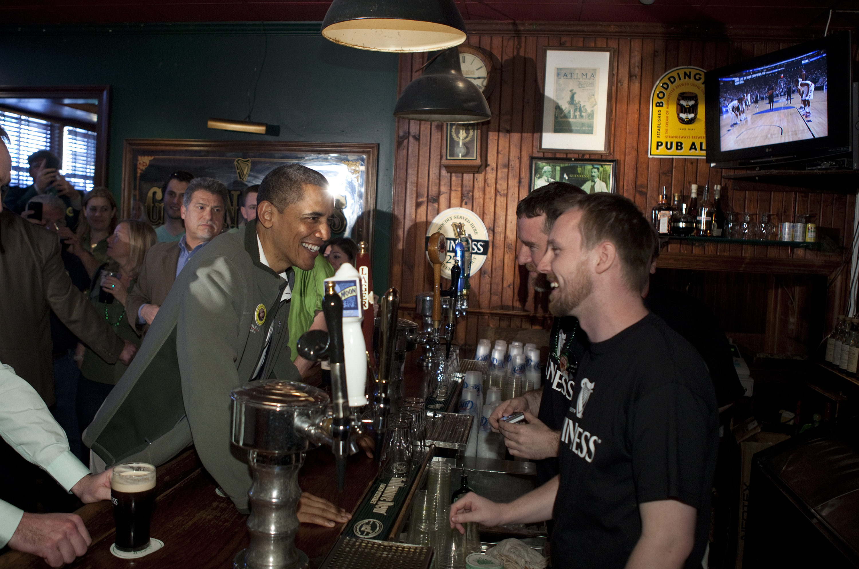 tpm president obama drops in to the dubliner pub in d c today to lift a pint of guiness. Black Bedroom Furniture Sets. Home Design Ideas
