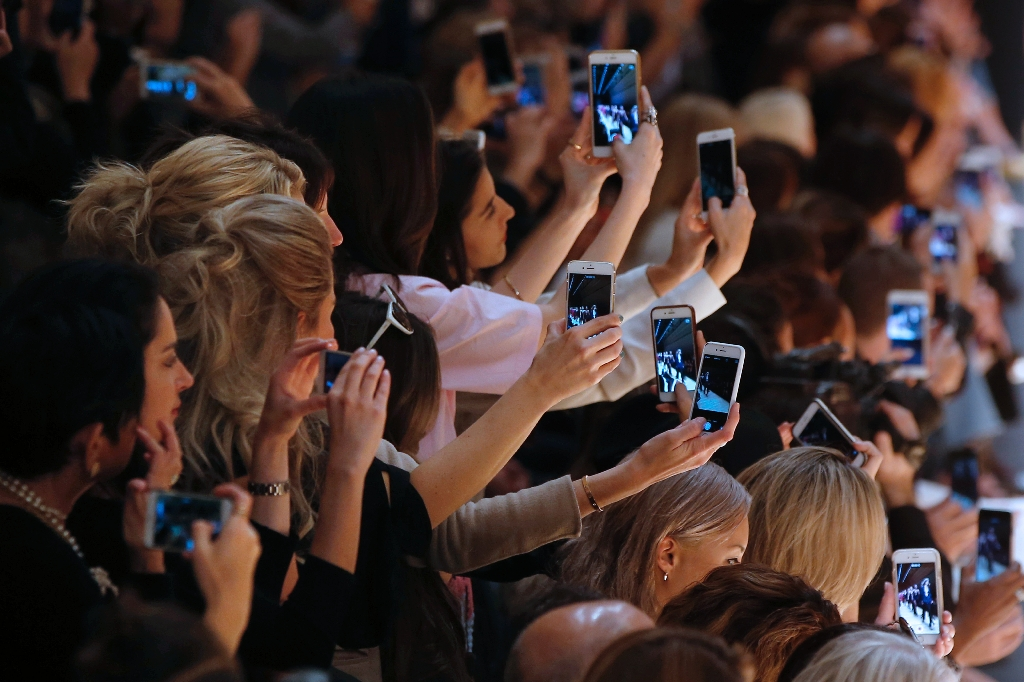 Internet giants race to faster mobile news apps