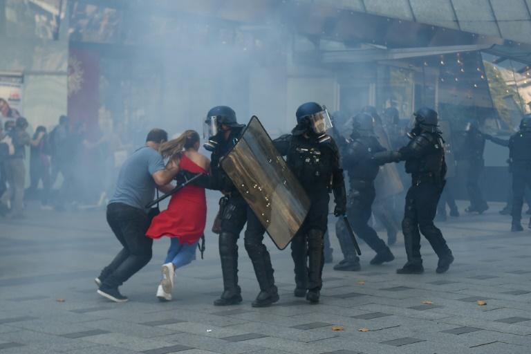 Black bloc protesters spoil Paris climate march amid violent clashes