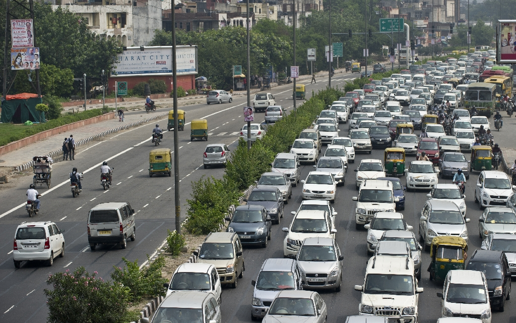 Commuters queue in a traffic jam in New Delhi on August 26, 2013