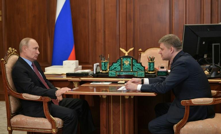 Putin makes Kremlin appearance as virus restrictions ease