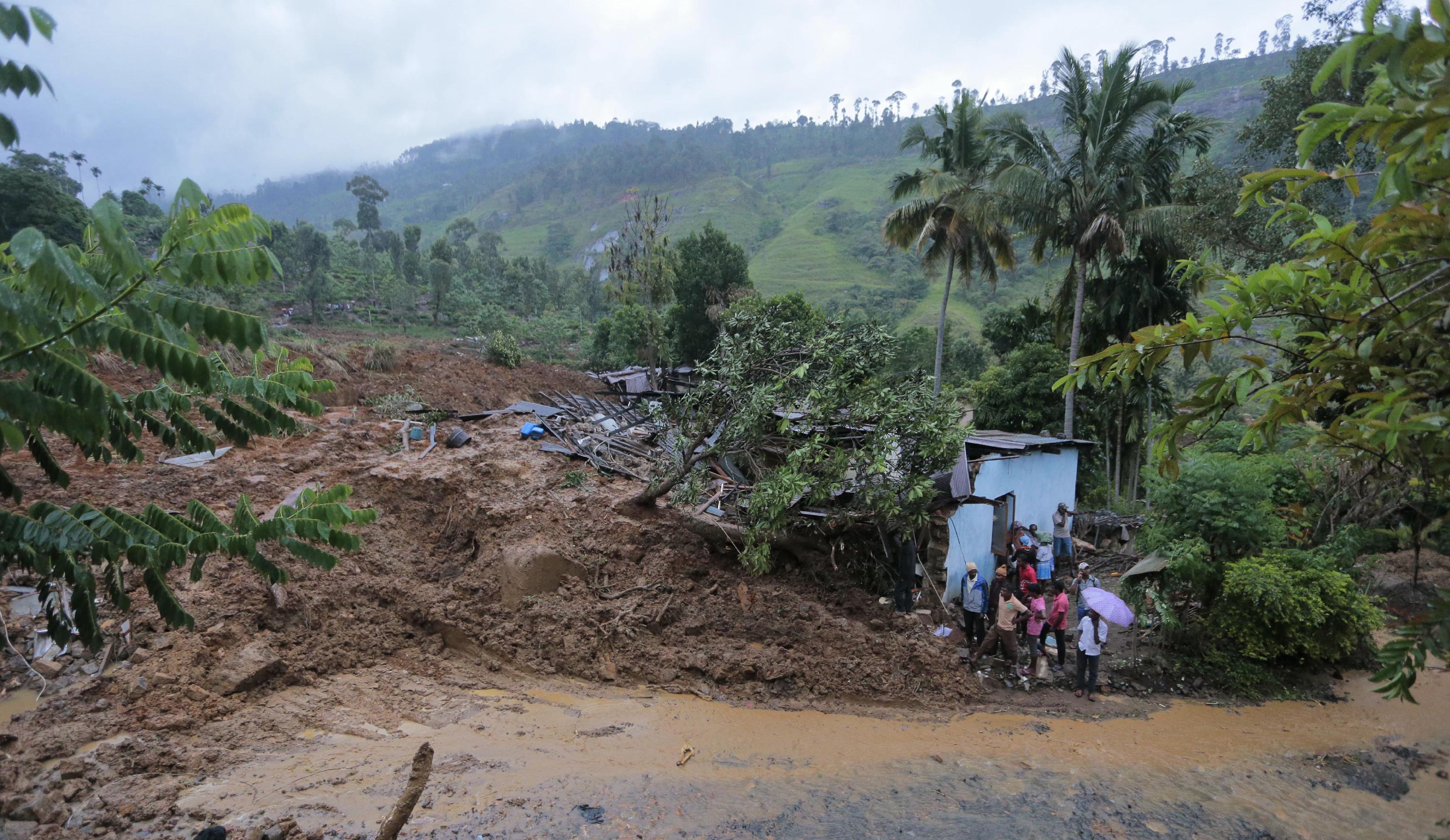 Hundreds feared buried under Sri Lanka mudslide