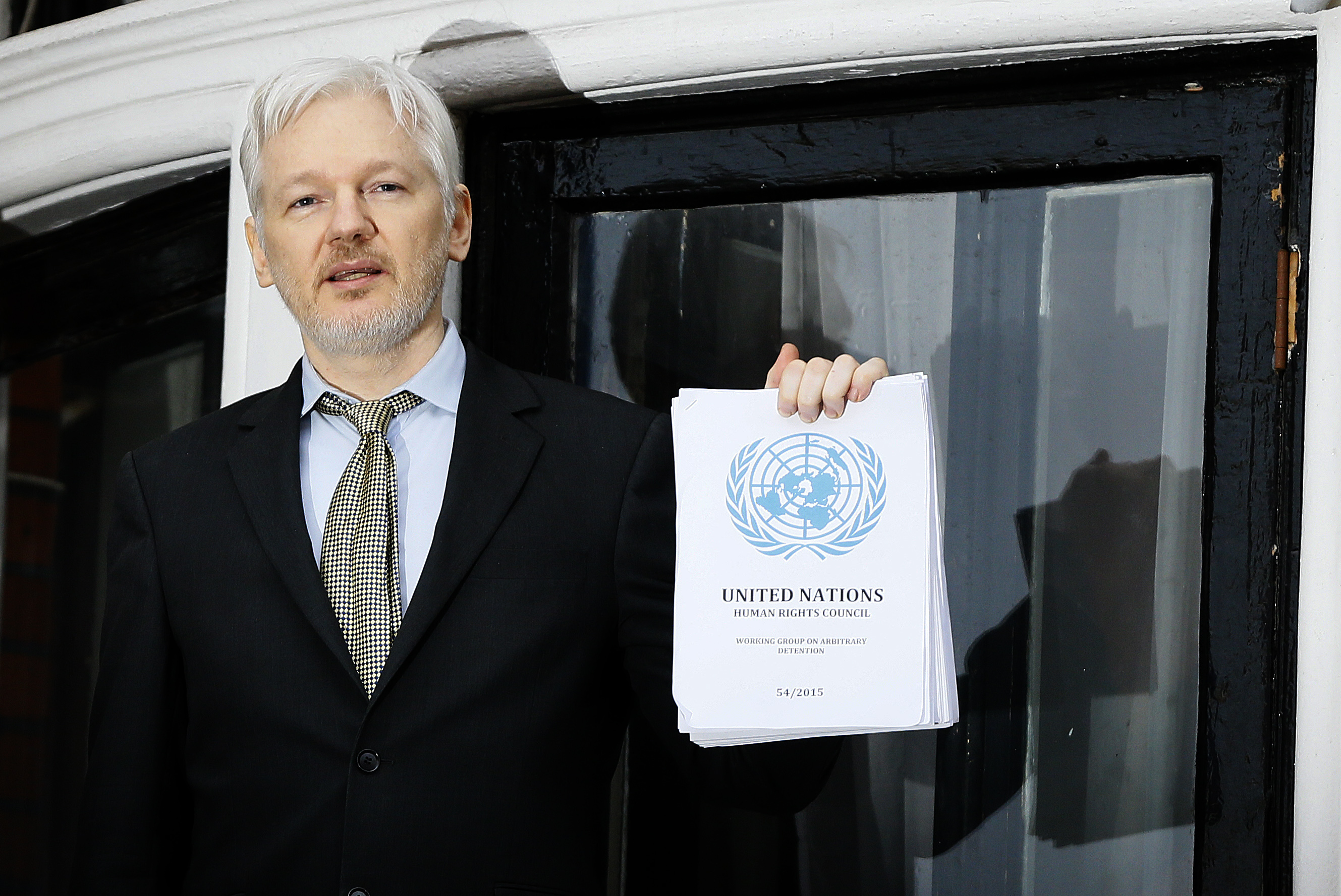Assange backtracks on extradition pledge
