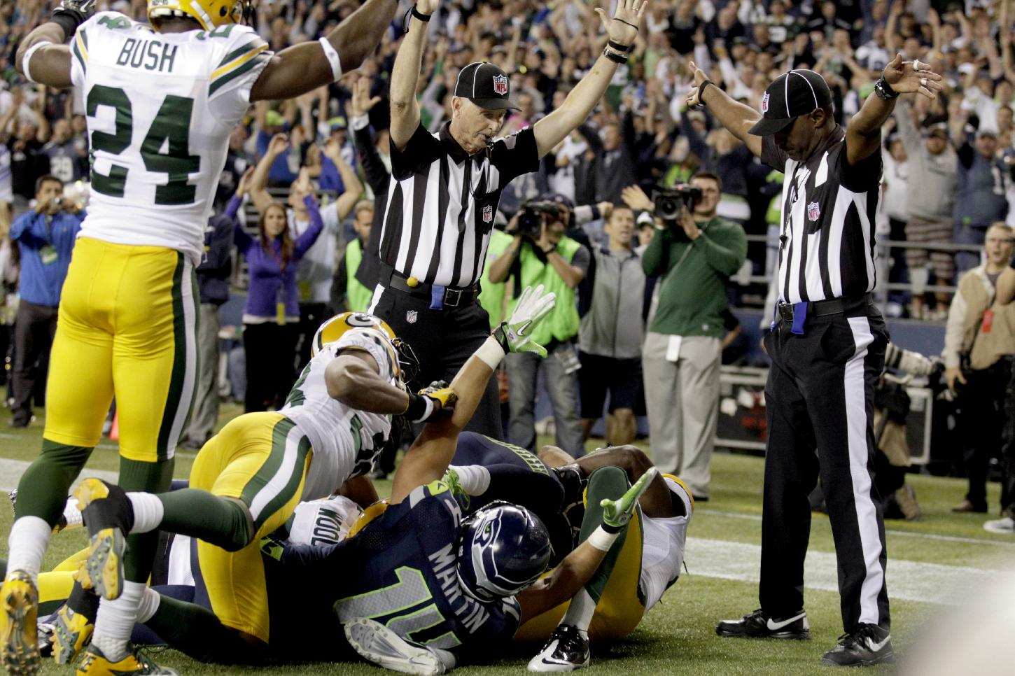 Replacement officials rule Golden Tate scores the winning touchdown against Green Bay. (AP)