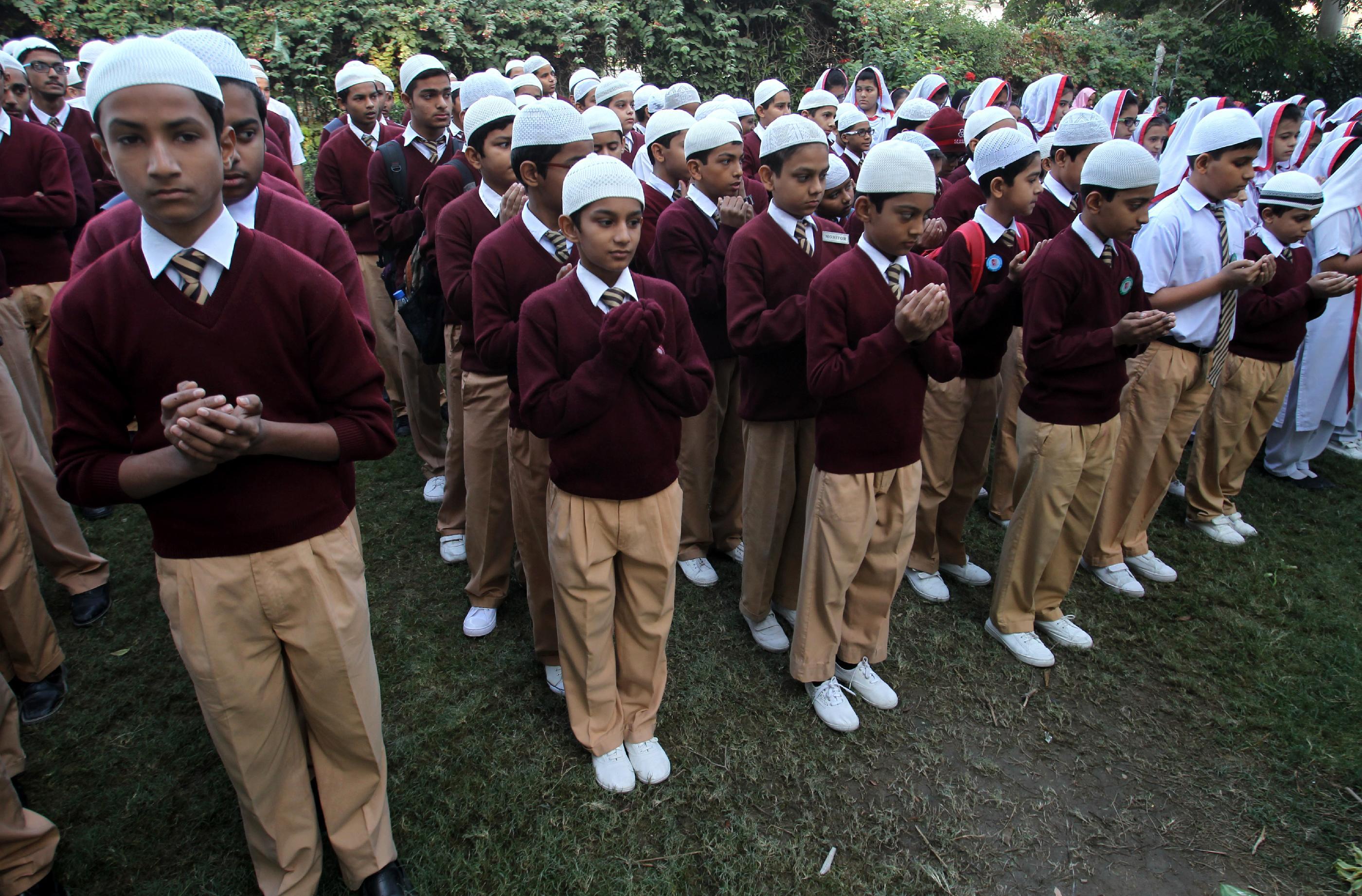Pakistan mourns as mass funerals begin
