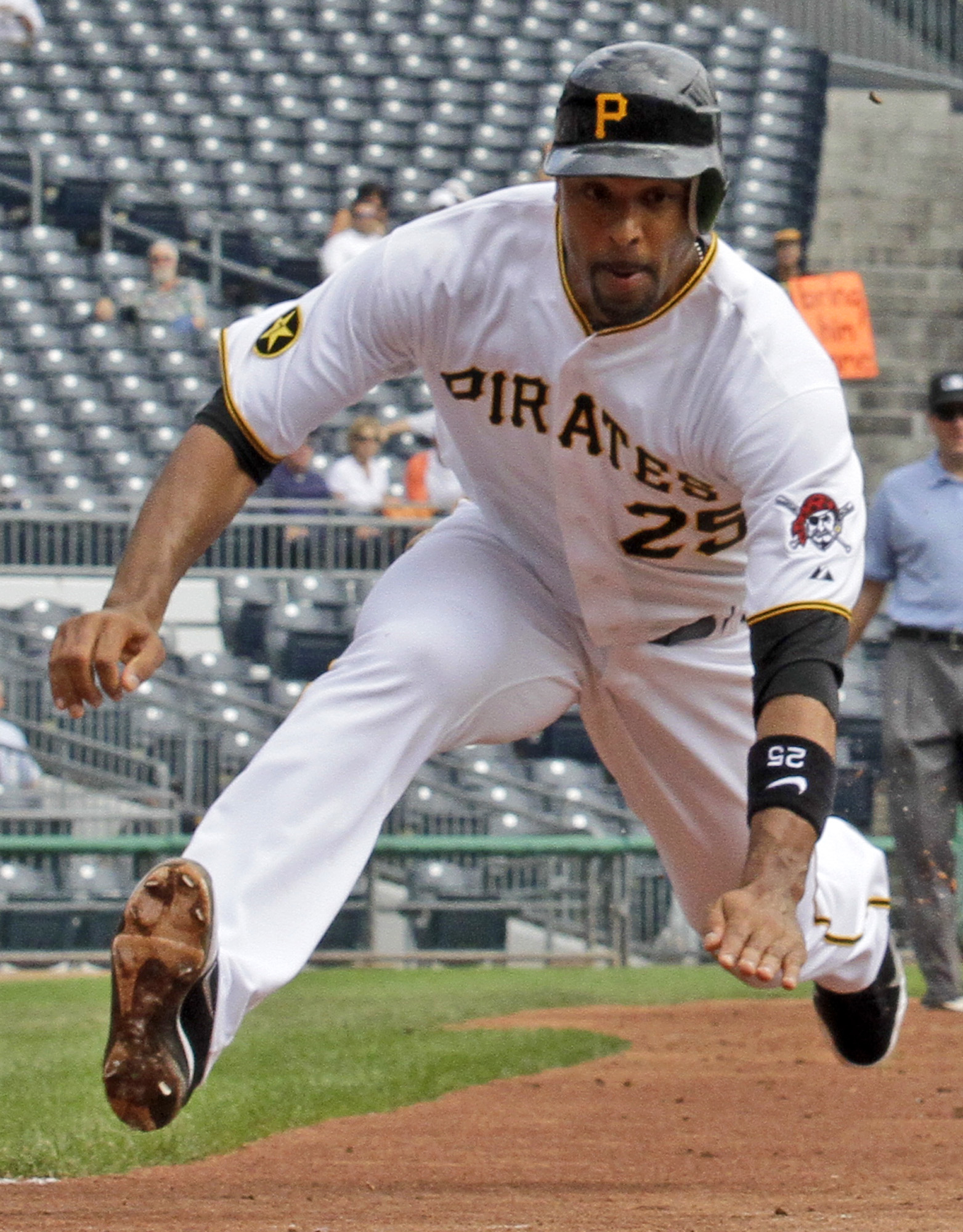 Derrek Lee won't be Mark Teixeira's replacement at first base this season. (AP)