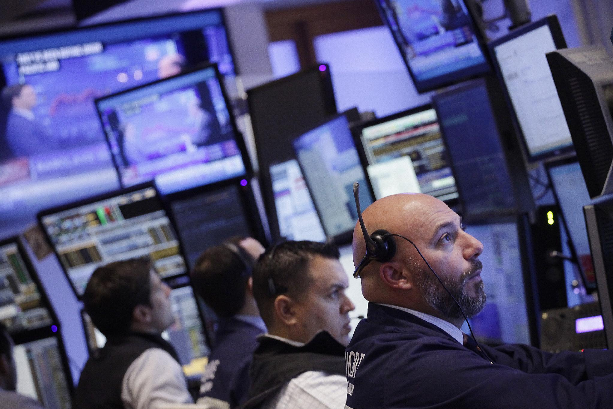 US stocks move higher; energy, GE, Twitter are among gainers