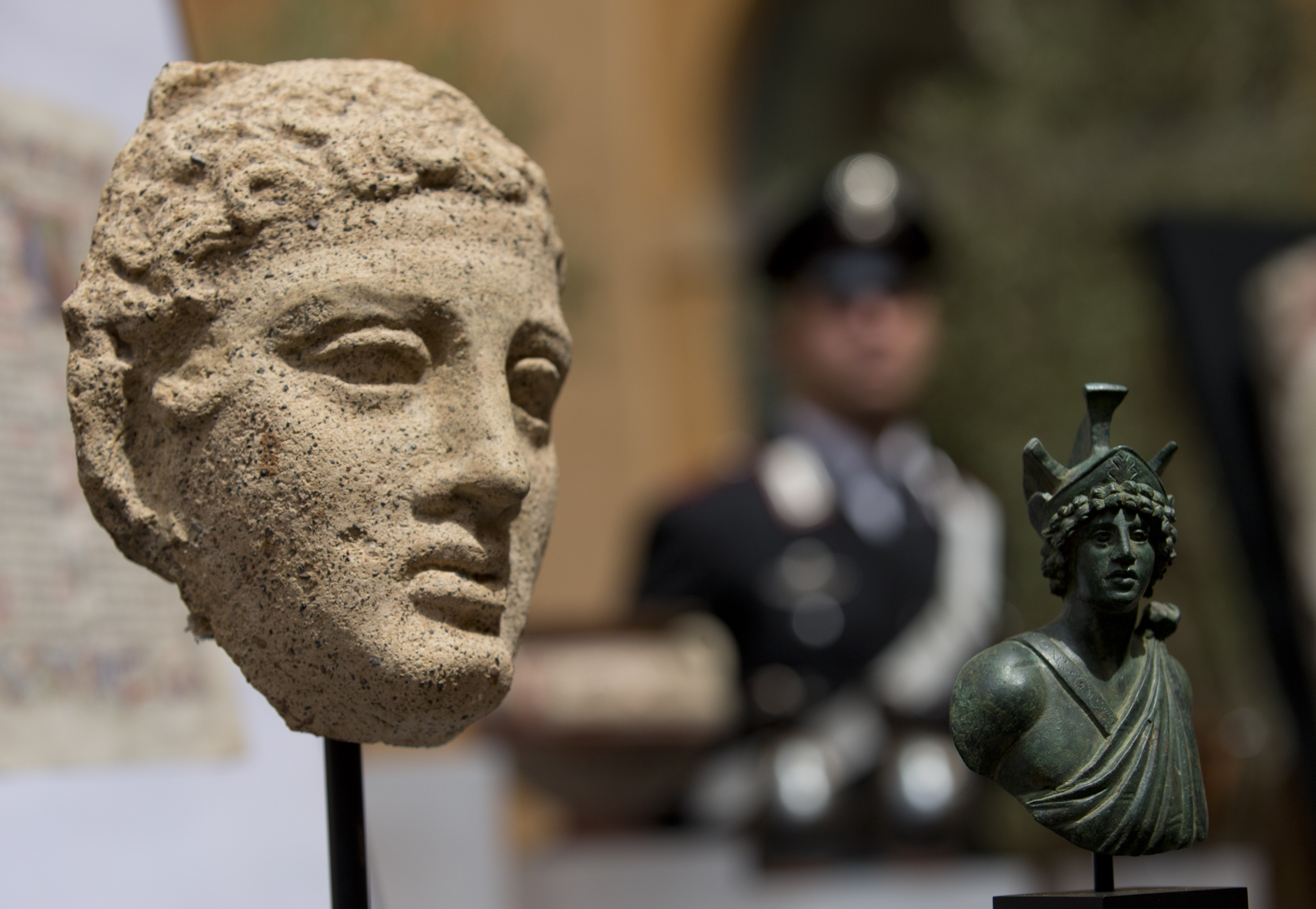 US returns 25 looted artifacts to Italy: Vases, frescoes