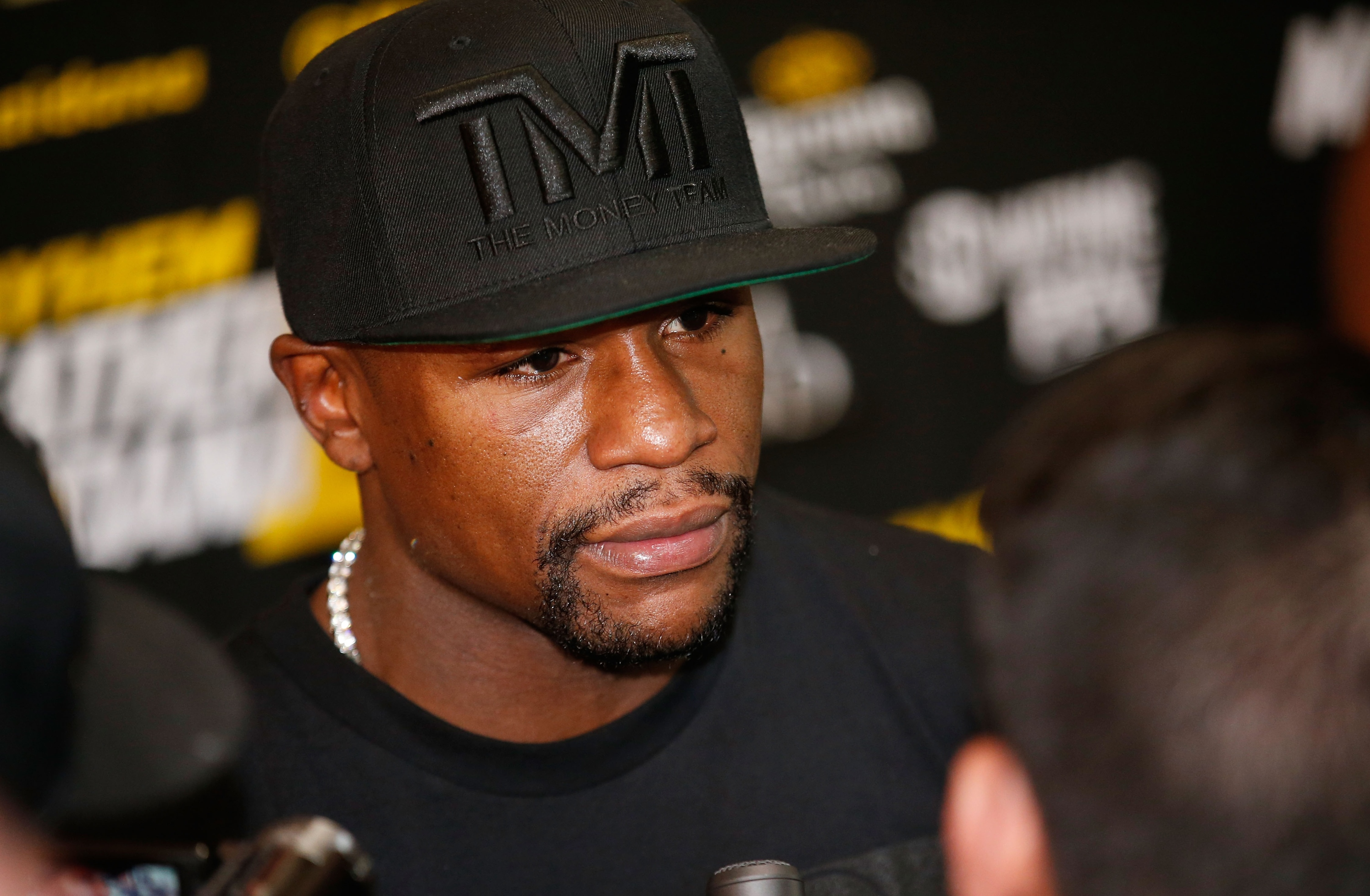 Floyd Mayweather Jr. tells 50 Cent exactly where he can put his money - Yahoo Sports - floyd-mayweather-jr-media-workout-20140903-040118-438