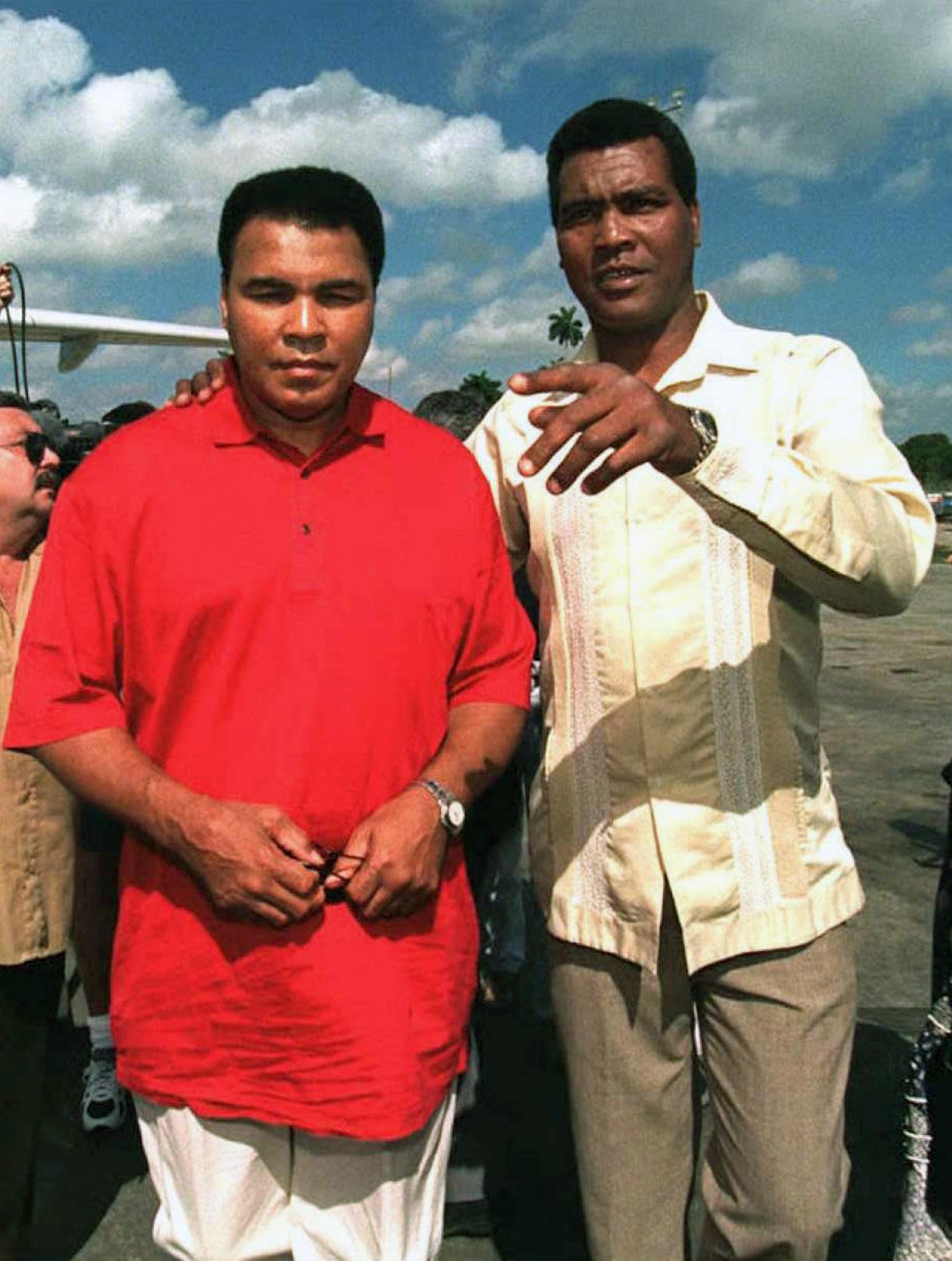 Former Cuban boxer Teofilo Stevenson (R)