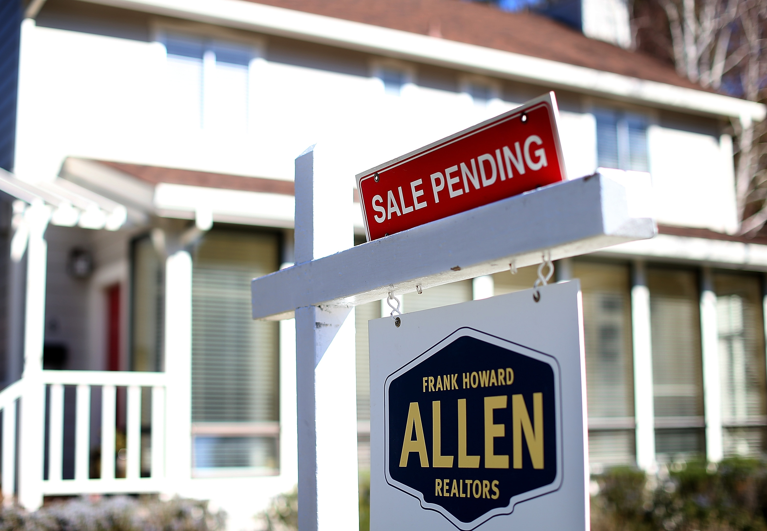 A sale pending sign stands in front of a home on February 21, 2013. (Photo by Justin Sullivan/Getty Images)