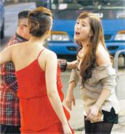 陳靜發現包養她的男友錢國偉拖着另一女子徐佳琦現身蘭桂坊。(攝影/記者:黃梓烜、劉永銳)